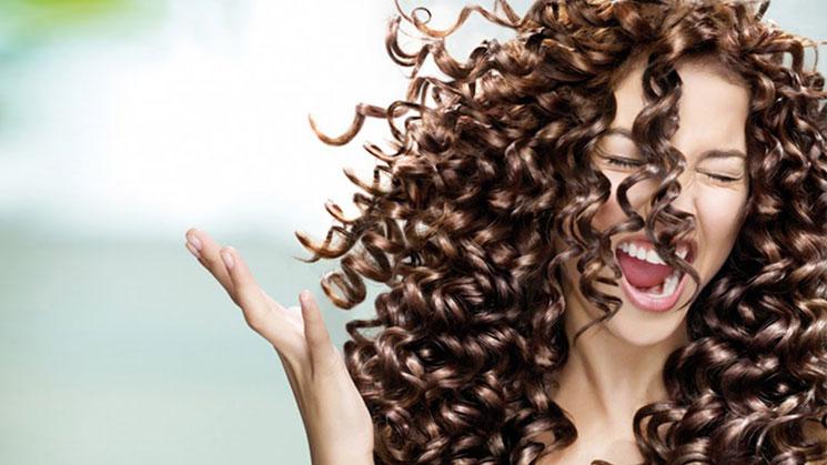La máscara de los cabello con el aceite de ricino para los cabellos secos