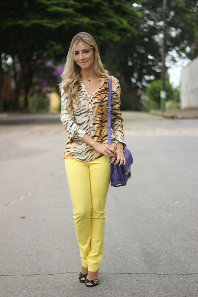 look-da-onca-camisa-tigre-oncinha-calca-amarela-bolsa-roxa-284-sandalia-anabela-torta-schutz